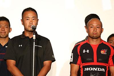 <Honda HEAT> 藤本知明 ヘッドコーチ 「先日のオリンピックで大きな感動をいただいた。レメキ ロマノも日本を勇気づけるようなプレーをした。今度はトップリーグという舞台でHonda HEATというチームがみなさんの期待を超えられるようなプレーができるように毎週準備していく」 小西大輔 主将 「昨シーズン、初めてトップリーグ残留という結果を残すことができた。今季はさらに飛躍の年にしたい。総当たり戦ですべて激しい試合になるが、どの試合も80分間、挑戦し続けて、ひたむきに戦っていく」