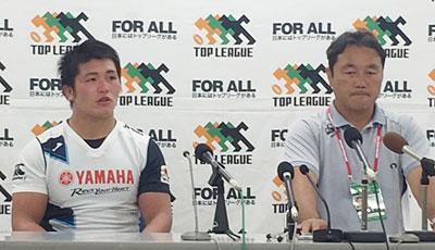 ヤマハ発動機ジュビロの三村キャプテン、清宮監督(右)