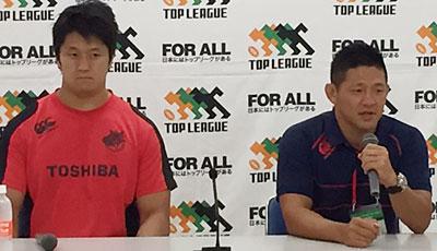 東芝ブレイブルーパスの冨岡ヘッドコーチ(右)、梶川ゲームキャプテン