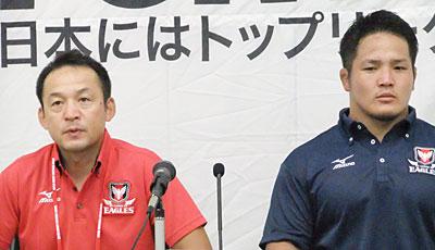 キヤノンイーグルスの永友監督(左)、庭井キャプテン