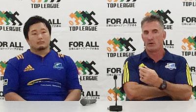 NTTコミュニケーションズシャイニングアークスのペニー ヘッドコーチ(右)、須藤ゲームキャプテン