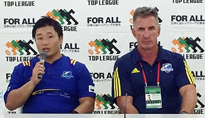 NTTコミュニケーションズシャイニングアークスのペニー ヘッドコーチ(右)、須藤選手