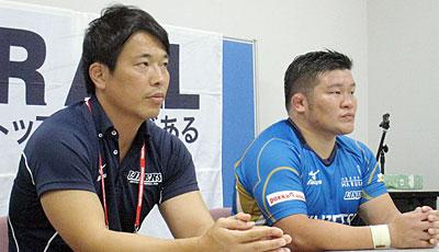 近鉄ライナーズの坪井監督(左)、豊田キャプテン