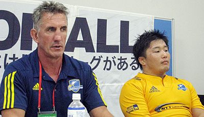 NTTコミュニケーションズシャイニングアークスのペニー ヘッドコーチ(左)、須藤ゲームキャプテン