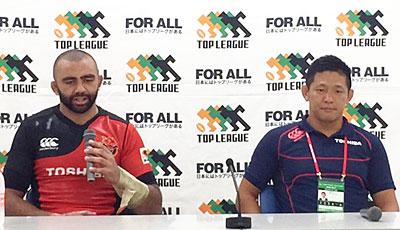 東芝ブレイブルーパスの冨岡ヘッドコーチ(右)、リーチ ゲームキャプテン