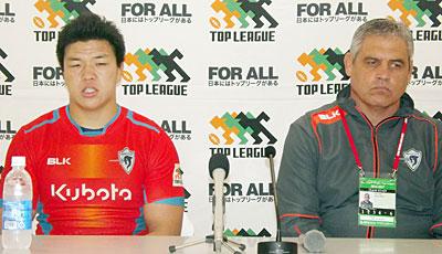 クボタスピアーズのルディケ ヘッドコーチ(右)と、立川キャプテン