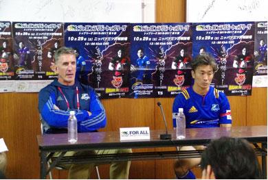 NTTコミュニケーションズシャイニングアークスのペニー ヘッドコーチ(左)、友井川ゲームキャプテン