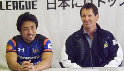 パナソニック ワイルドナイツのロビー・ディーンズ監督(右)、北川ゲームキャプテン