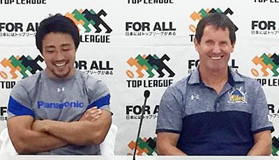 パナソニック ワイルドナイツのディーンズ ヘッドコーチ(右)、北川ゲームキャプテン