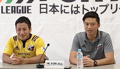 サントリーサンゴリアスの沢木監督(右)、流キャプテン