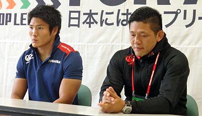東芝ブレイブルーパスの冨岡監督(右)、森田キャプテン