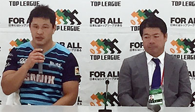 宗像サニックスブルースの藤井部長兼監督(右)、田村キャプテン