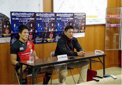 東芝ブレイブルーパスの冨岡鉄平ヘッドコーチ(右)、森田佳寿キャプテン