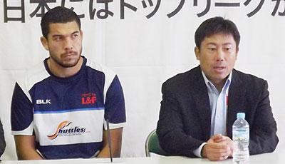 豊田自動織機シャトルズの丹生監督(右)、ジェラード ゲームキャプテン