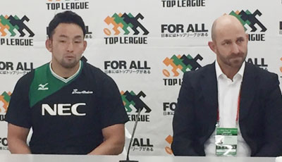 NECグリーンロケッツのラッセル ヘッドコーチ(右)、細田ゲームキャプテン