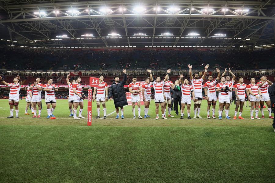 強豪ウェールズに敵地で30-33と迫り、地元ファンからの声援に応える日本代表。若いチームが躍動した photo by Kenji Demura