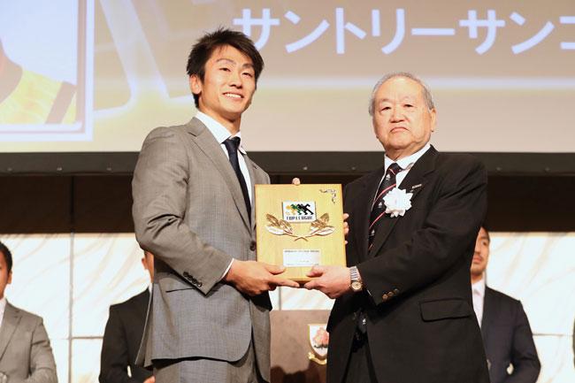 MVPにはトライ王でもあるサントリーWTB中靍が選ばれた(右は高島・ジャパンラグビー トップリーグ チェアマン) photo by Kenji Demura