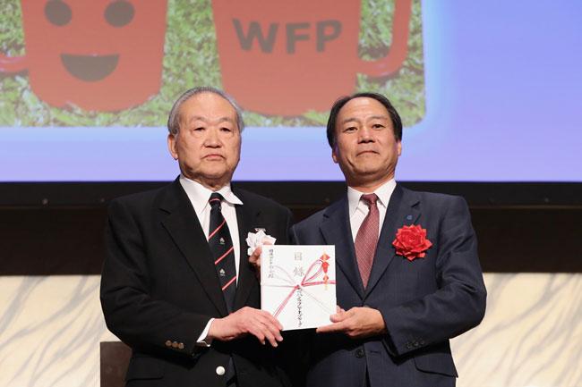 国連WFP「学校給食プログラム」支援の募金活動の結果、計1,368,800円が寄付された photo by Kenji Demura