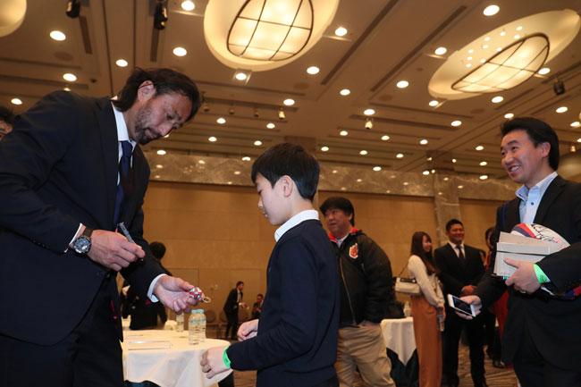 特別賞を受賞した東芝LO大野にサインをもらう少年ファン。受賞式後はファンとの交流時間も設けられた photo by Kenji Demura