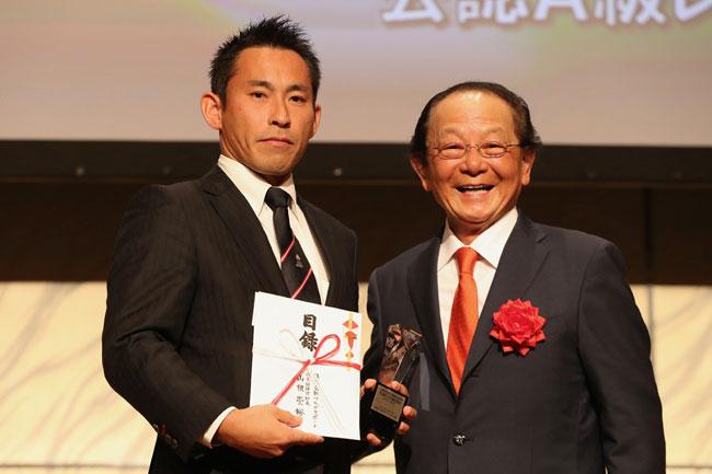 4季連続でベストホイッスル賞を獲得した麻生レフリー。右は山根・フラグスポート代表取締役社長 photo by Kenji Demura