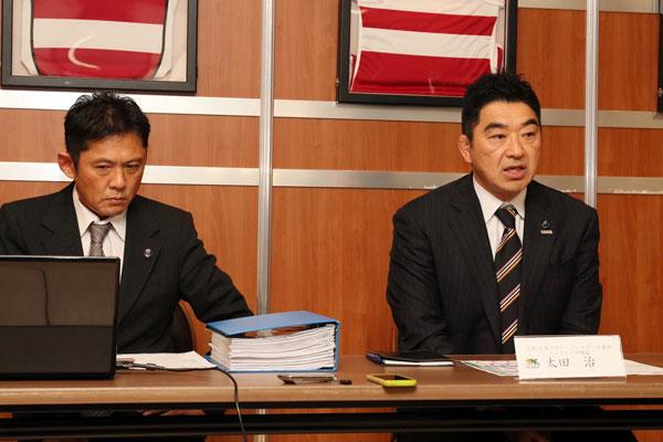 メディアブリーフィングで来季のトップリーグのフォーマット等に関して説明する太田委員長(右) photo by Kenji Demura