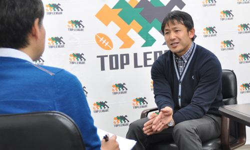インタビュアーはサッカーを中心に取材・執筆を行うスポーツライターの戸塚 啓氏。著書に『低予算でもなぜ強い? 湘南ベルマーレと日本サッカーの現在地』(光文社新書)など