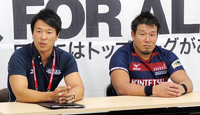 近鉄ライナーズの坪井監督(左)、樫本キャプテン