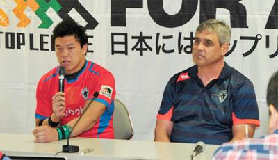 クボタスピアーズのルディケ ヘッドコーチ(右)、立川キャプテン
