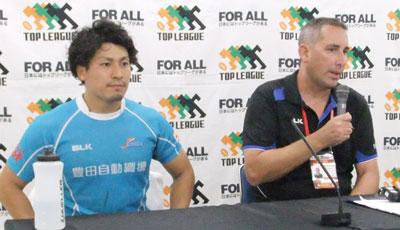 豊田自動織機シャトルズのホールデン ヘッドコーチ(右)、長谷川キャプテン