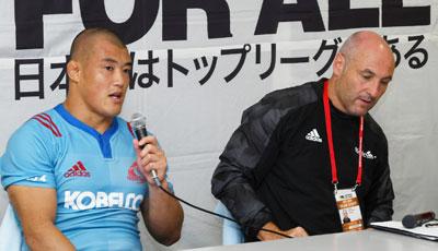 神戸製鋼コベルコスティーラーズのマッケイ ヘッドコーチ(右)、前川キャプテン