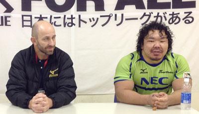 NECグリーンロケッツのラッセル ヘッドコーチ(左)、瀧澤キャプテン