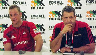 NTTドコモレッドハリケーンズのセロン ヘッドコーチ(右)、フィルヨーン ゲームキャプテン