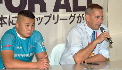 豊田自動織機シャトルズのホールデン ヘッドコーチ(右)、村川ゲームキャプテン