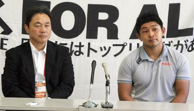 ヤマハ発動機ジュビロの清宮監督(左)、西内ゲームキャプテン