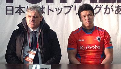 クボタスピアーズのルディケ ヘッドコーチ(左)、立川キャプテン