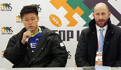 NECグリーンロケッツのラッセル ヘッドコーチ(右)、亀井ゲームキャプテン
