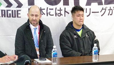 NECグリーンロケッツのラッセル ヘッドコーチ(左)、亀井ゲームキャプテン