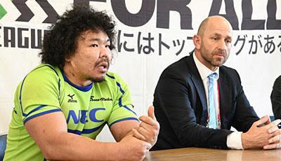 NECグリーンロケッツのラッセルヘッドコーチ(右)、瀧澤キャプテン