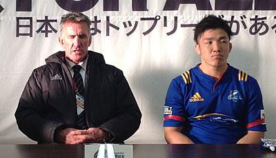 NTTコミュニケーションズシャイニングアークスのペニー ヘッドコーチ(左)、金キャプテン