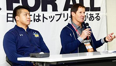 パナソニック ワイルドナイツのディーンズ監督(右)、坂手ゲームキャプテン