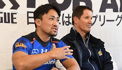 パナソニック ワイルドナイツのディーンズ監督(右)、北川ゲームキャプテン
