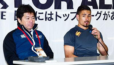 宗像サニックスブルースの藤井監督(左)、屋宜ゲームキャプテン