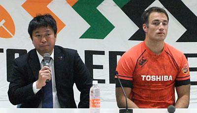 東芝ブレイブルーパスの瀬川監督(左)、リチャード・カフイ キャプテン