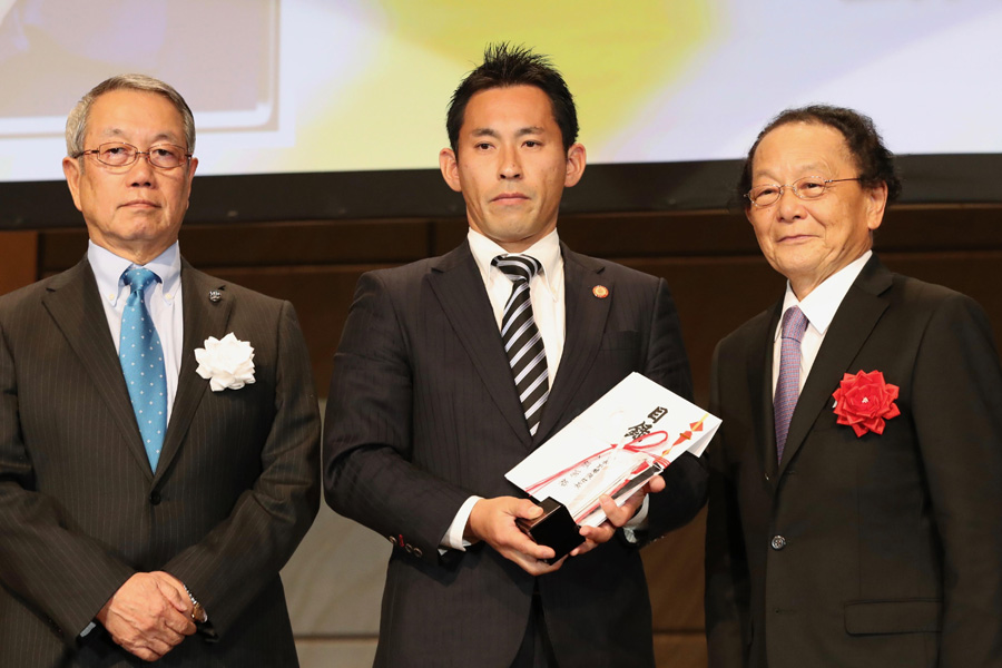 ベストホイッスルは5季連続で麻生レフリーが受賞 photo by Kenji Demura