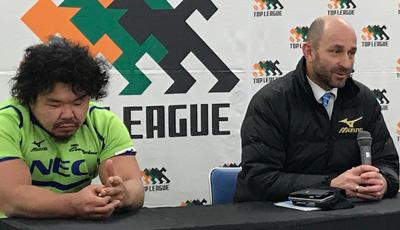 NECグリーンロケッツのラッセル ヘッドコーチ(右)、瀧澤キャプテン
