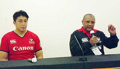 キヤノンイーグルスのクッツェー ヘッドコーチ(右)、嶋田主将