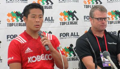 神戸製鋼コベルコスティーラーズのディロン ヘッドコーチ(右)、橋本ゲームキャプテン