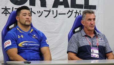 NTTコミュニケーションズシャイニングアークスのペニー ヘッドコーチ(右)、三浦選手