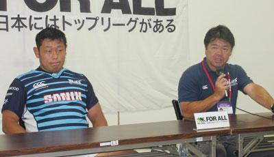 宗像サニックスブルースの藤井監督(右)、杉浦キャプテン