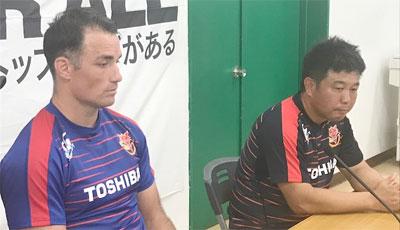 東芝ブレイブルーパスの瀬川監督(右)、カフイ キャプテン